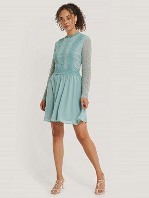 NA-KD Boho Lace Anglaise LS Mini Dress blå
