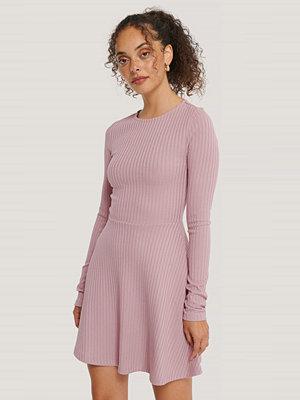 NA-KD Ribbad Miniklänning rosa