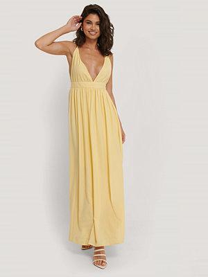 NA-KD Party Flowy Strap Dress gul