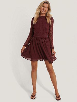 NA-KD Boho Lace Anglaise LS Mini Dress burgundy