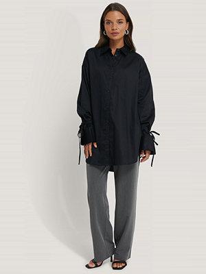 NA-KD Reborn Skjorta Med Knytärm svart