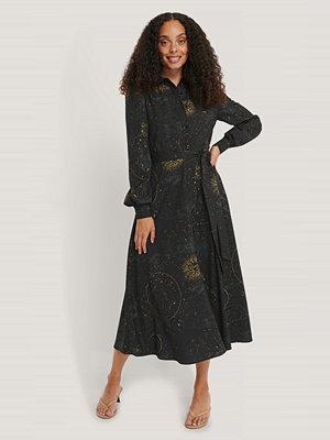 NA-KD Trend Skjortklänning Med Horoskoptryck svart