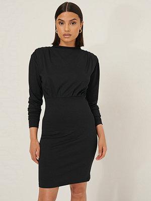 Selma Omari x NA-KD Miniklänning Med Draperad Effekt svart