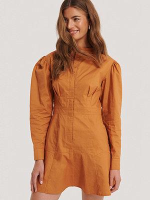 Gine Margrethe X NA-KD Mandarinklänning röd