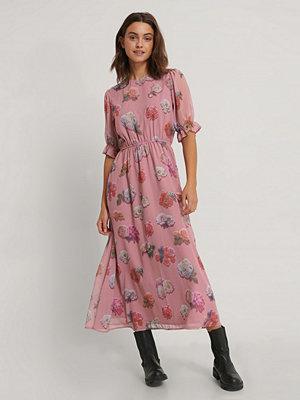 NA-KD Trend Kortärmad Chiffongklänning Med Blommigt Tryck rosa