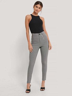 NA-KD Slim Fit-Byxor grå