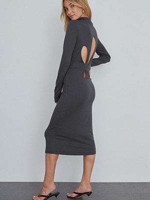 NA-KD Trend Midiklänning grå