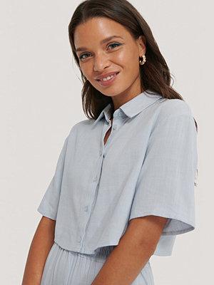 Queen of Jetlags x NA-KD Croppad Skjorta blå