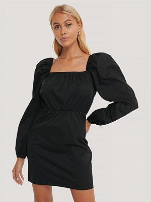 NA-KD Trend Klänning Med Puffärm Och Fyrkantig Halsringning svart