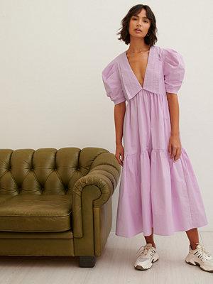 Trine Kjaer x NA-KD Broderad Midiklänning rosa