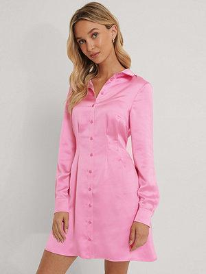 Emma Ellingsen x NA-KD Satinskjorta rosa