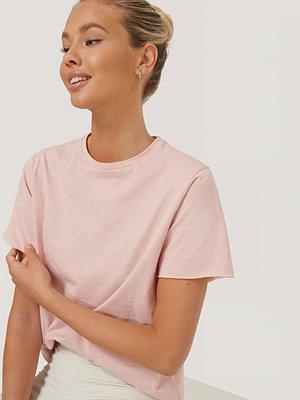NA-KD Reborn Ekologisk T-shirt Med Rå Kant rosa
