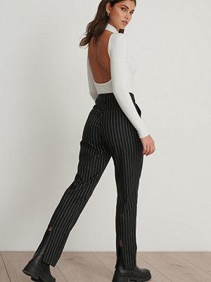 Chloé B x NA-KD Kritstrecksrandiga Kostymbyxor Med Slits Bak svart svarta