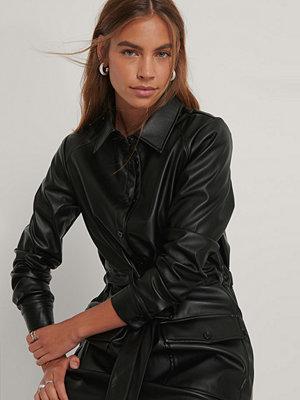 Gine Margrethe X NA-KD Pu-Klänning svart