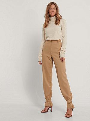 Gine Margrethe X NA-KD Kostymbyxor brun beige