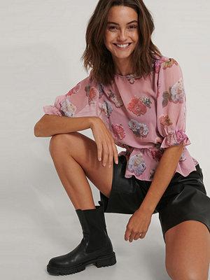 NA-KD Trend Kortärmad Chiffongblus Med Blommigt Tryck rosa