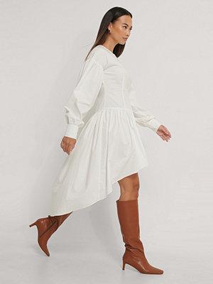 NA-KD Trend Asymmetrisk Skjortklänning vit