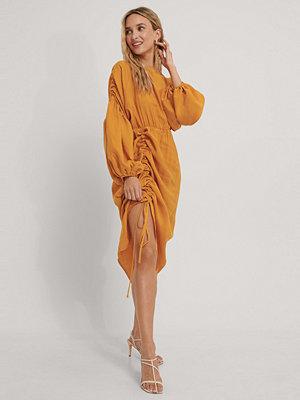 NA-KD Trend Draperad Midiklänning I Ballongmodell orange