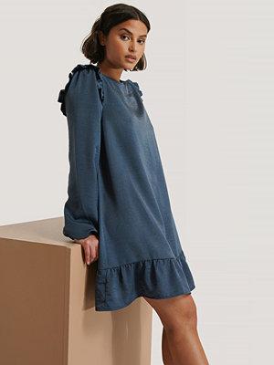 NA-KD Miniklänning Med Volangdetalj blå