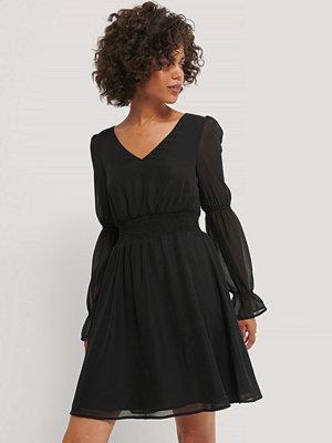 NA-KD Party Chiffongklänning Med Smockdetalj svart