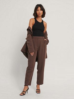 Hoss x NA-KD Kostymbyxor brun omönstrade