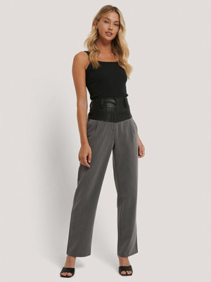 NA-KD Trend Kostymbyxor Med Pu-Detalj grå