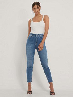 Jeans - NA-KD Reborn Mom-Jeans Med Rå Kant blå