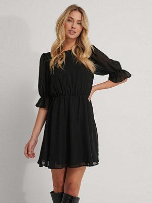 NA-KD Kortärmad Chiffongklänning svart