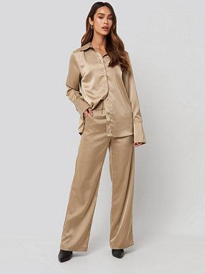 NA-KD Trend Wide Leg Satin Suit Pants beige byxor