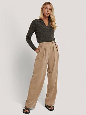 NA-KD Trend Kostymbyxor Med Djupa Pressveck beige