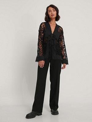 NA-KD Trend Spetsskjorta svart