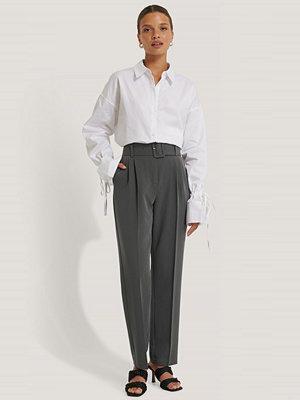 NA-KD Classic Recycled Kostymbyxor Med Bälte grå mörkgrå