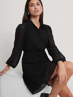 NA-KD Plisserad Skjortklänning svart
