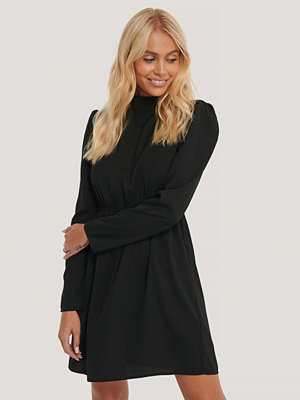 NA-KD Party High Neck LS Mini Dress svart