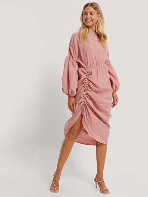NA-KD Trend Draperad Midiklänning I Ballongmodell rosa