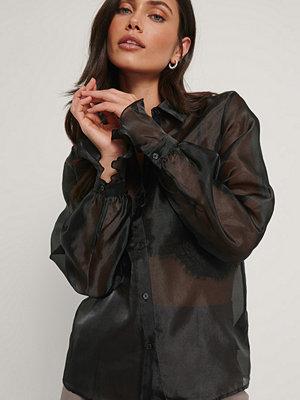 NA-KD Trend Organzaskjorta svart