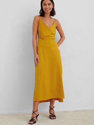 NA-KD Trend Overlap Satin Slip Dress gul