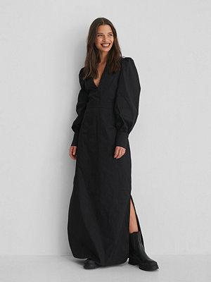 Selma Omari x NA-KD V-Neck Maxi Dress svart