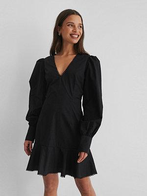 Selma Omari x NA-KD V-Ringad Miniklänning svart