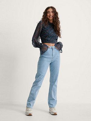 Melissa Bentsen x NA-KD Raka Tvättade Jeans blå