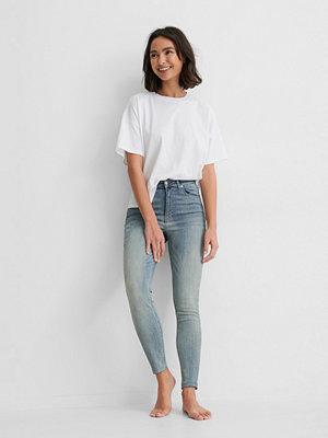 NA-KD Reborn Ekologiska Skinny Jeans Med Hög Midja Och Rå Fåll blå