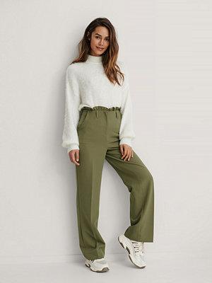 Kim Feenstra x NA-KD Petit Kostymbyxor I Paperbagmodell grön omönstrade