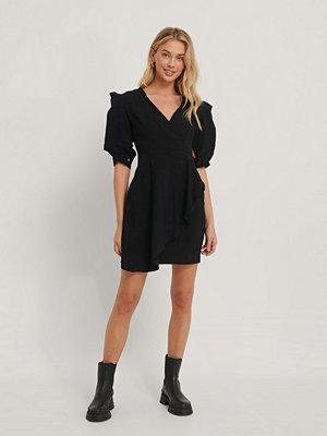 Trendyol Miniklänning Med Omlott Och Puffärm svart