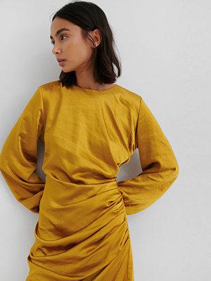 NA-KD Trend Ruched Satin Dress gul