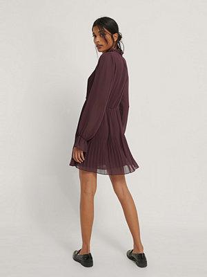 NA-KD Plisserad Klänning Med Elastisk Midja burgundy