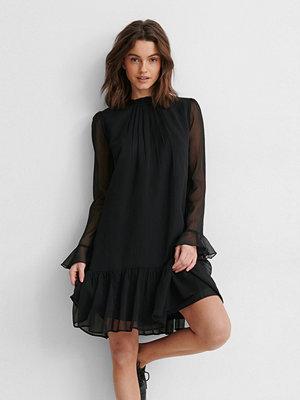 NA-KD Trend Chiffongklänning svart