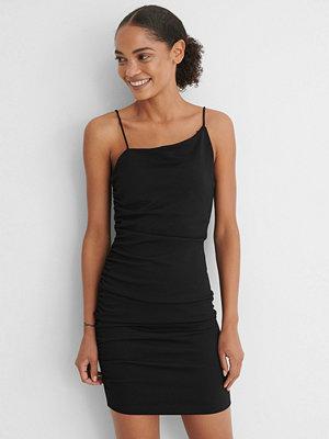 NA-KD Party Asymmetrisk Miniklänning svart