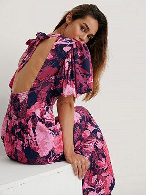 NA-KD Trend Midiklänning Med Puffärmar Och En Öppen Rygg rosa