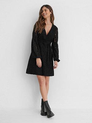 NA-KD Boho Spetsklänning Med Midjebälte svart