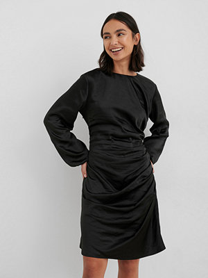 NA-KD Party Ruched Satin Dress svart